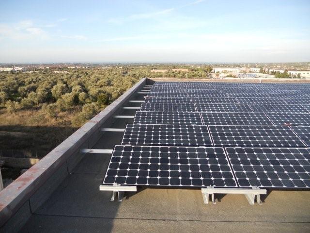 impianto fotovoltaico SunPower su tetto piano con sistema di fissaggio installato da Tetto Solare